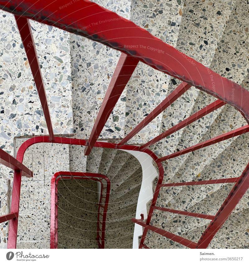Treppe Geländer Architektur Treppenhaus aufwärts Treppengeländer abwärts Abstieg aufsteigen Treppenabsatz Haus Menschenleer treppensteigen rot