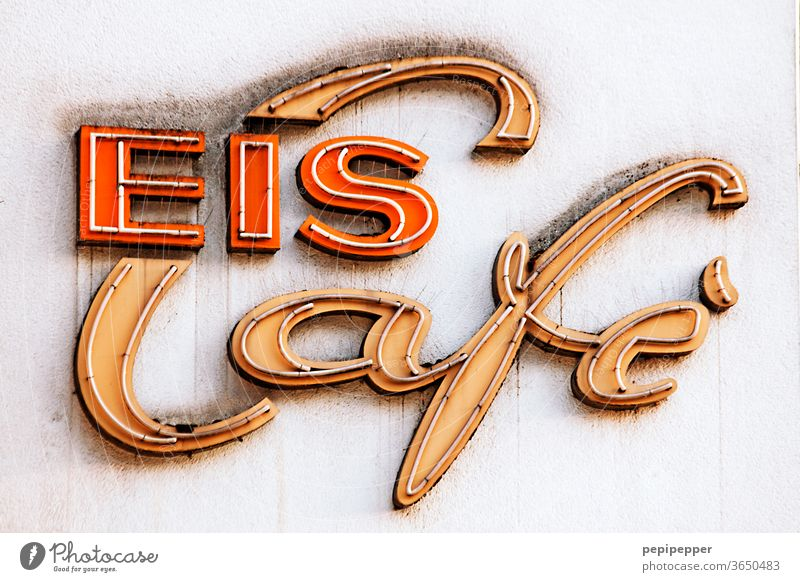 Eis Cafe Neonschild Farbfoto Außenaufnahme Schriftzeichen Buchstaben Typographie Schilder & Markierungen Wand Zeichen Fassade Wort Mauer Graffiti Text Café