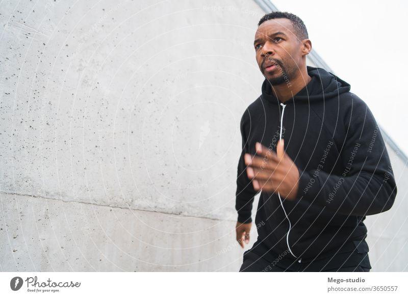 Porträt eines Fitness-Mannes beim Laufen. Athlet Training Läufer Lifestyle Person Gesundheit sportlich Übung männlich Sport laufen passen Sportbekleidung