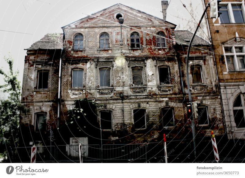 marode verfallene Altbaufassade Altbausanierung historisch Fassade Altstadt verfallenes Haus Leerstand Architektur Ruine Unbewohnt alt Verfall Vergänglichkeit
