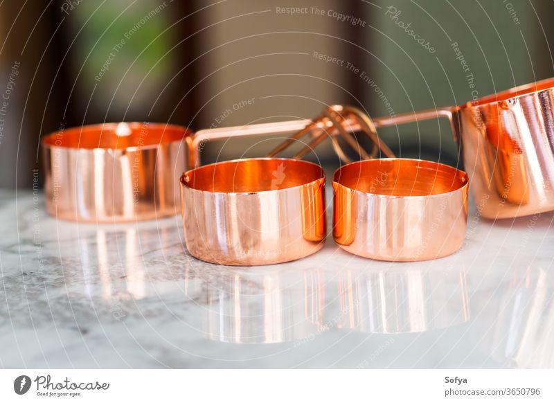 Kupferbecher auf Marmor. Bereit zum Kochen Messung Tasse keine Verschwendung Lebensmittel Küche Mahlzeit Vorbereitung Masse Tisch kupfer Essen zubereiten