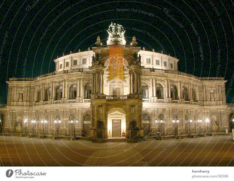 Semperoper bei Nacht Dresden Stimmung Konzert Eingang Bier Musik Oper Beleuchtung Staatskapelle