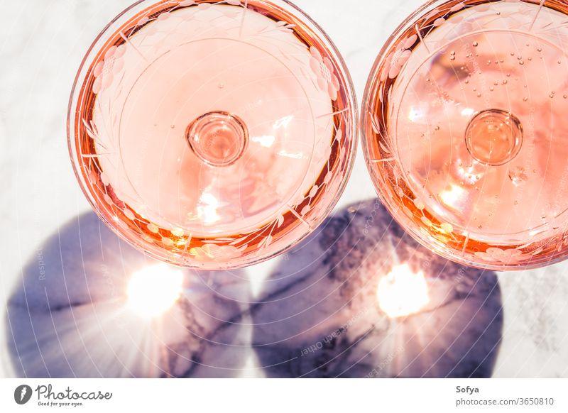 Zwei Kristallgläser mit Stiel und Rosenwein Wein Roséwein weiß Glas Murmel Party rosa trinken Abendessen Tisch Reichtum Licht Hintergrund modern Alkohol Bar