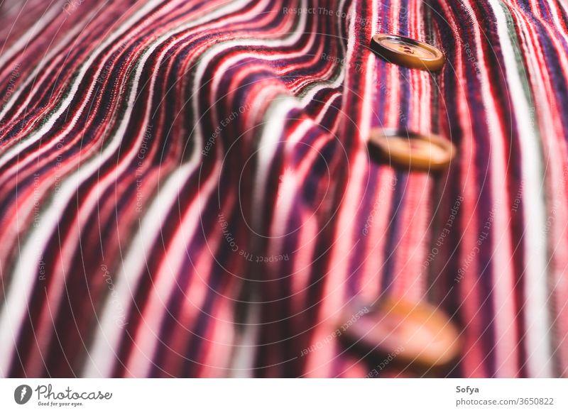 Detail eines gestreiften Kleides mit Knopfleiste Schaltfläche Detailaufnahme nach unten selektiv Fokus Textur Frau Gewebe Textil gewebt Baumwolle Faser Farbe