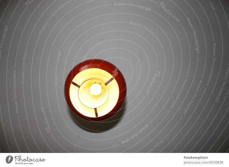 Hängeleuchte von unten fotografiert Leuchte leuchten retro Kugel kugelrund Glühbirne Lampenfassung Lampendetail Lampenlicht Lampenschirm Beleuchtung