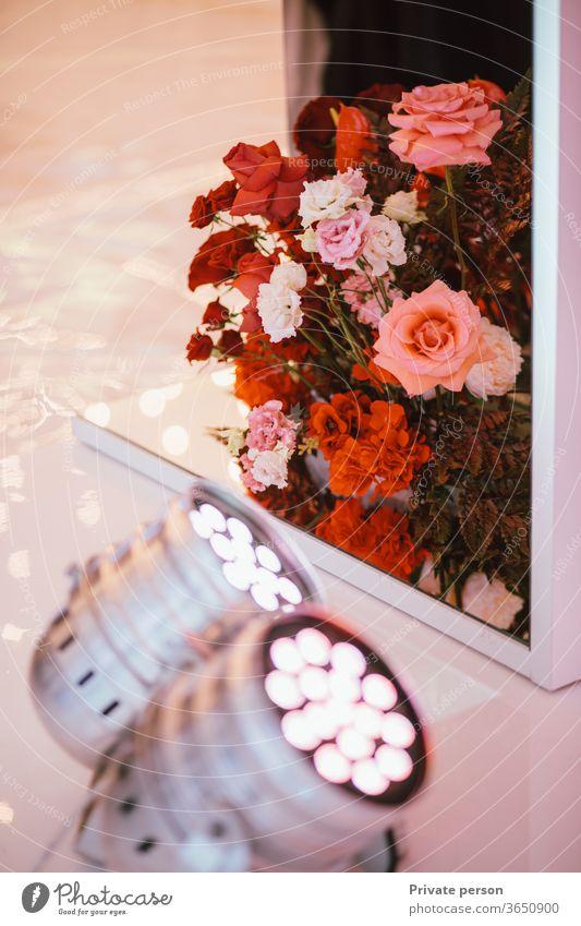 schöne natürliche Blumen als Innendekoration Farbe Hintergrund Dekor Ordnung Hintergrundbeleuchtung Schönheit Blüte Blumenstrauß Braut Feier Tag