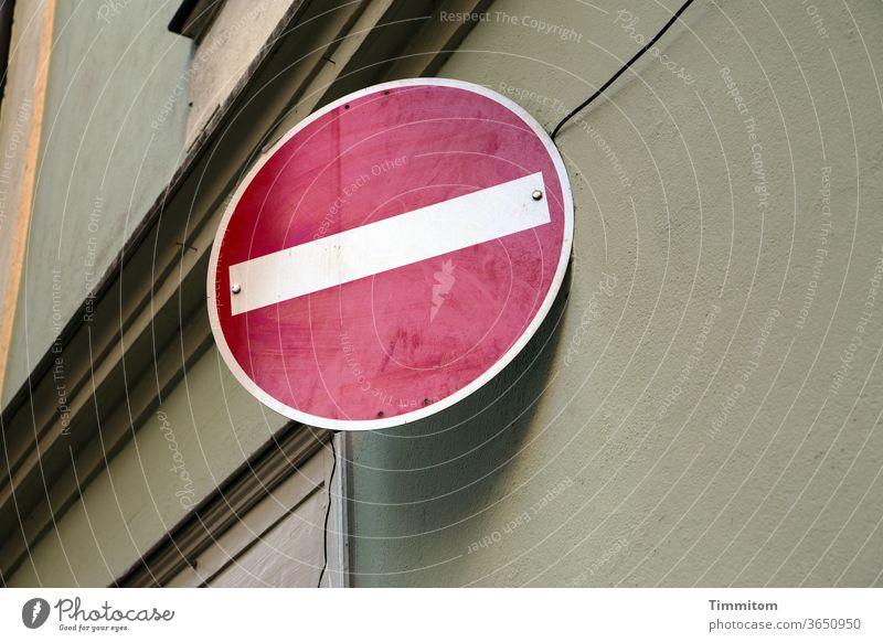 """Verkehrsschild """"Einfahrt verboten"""" an Hausfassade Schilder & Markierungen Verkehrszeichen Straßenverkehr Verbote Farbfoto Sims Kabel Farbe weiß rot"""