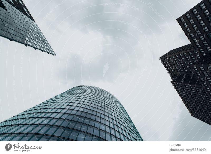 Wolkenkratzer mit Wolken Hochhaus Fassade Architektur Himmel modern Glas Gebäude Bürogebäude Bauwerk drei Wolkenhimmel bedekt Stadtzentrum Bankenviertel