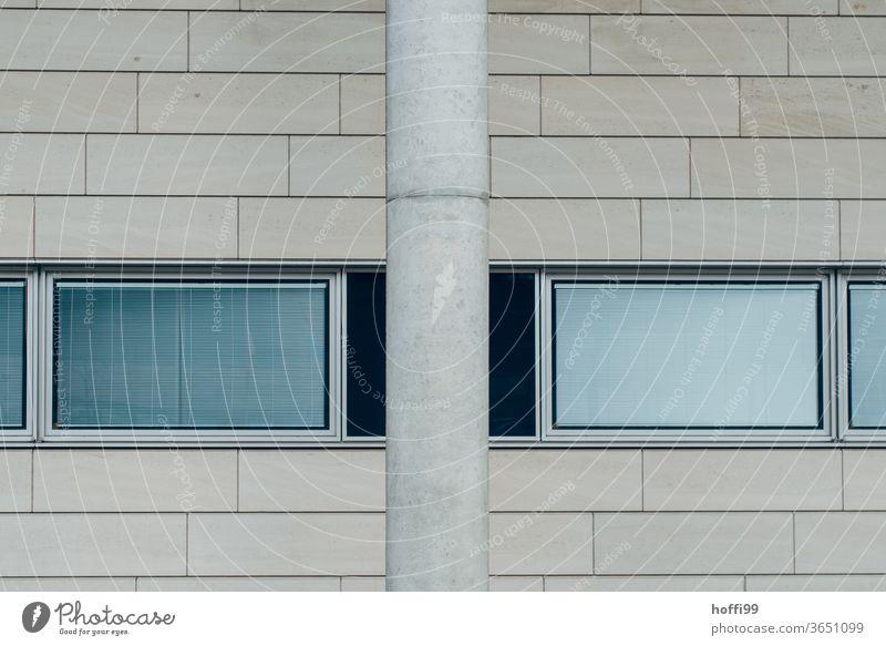 Säule, Fenster und Kacheln an der Wand Minimalismus minimalistisch Säulen Fensterscheibe reflektierend Architektur modern Tristesse grau Fassade Linie Design