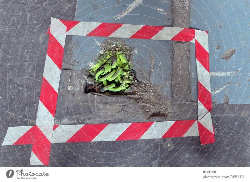 Natterngezücht Kabel Menschenleer Haus Stein Beton Kunststoff Schilder & Markierungen Schnur grau grün rot weiß Warnung Kabelsalat Klebeband Farbstoff Farbfoto