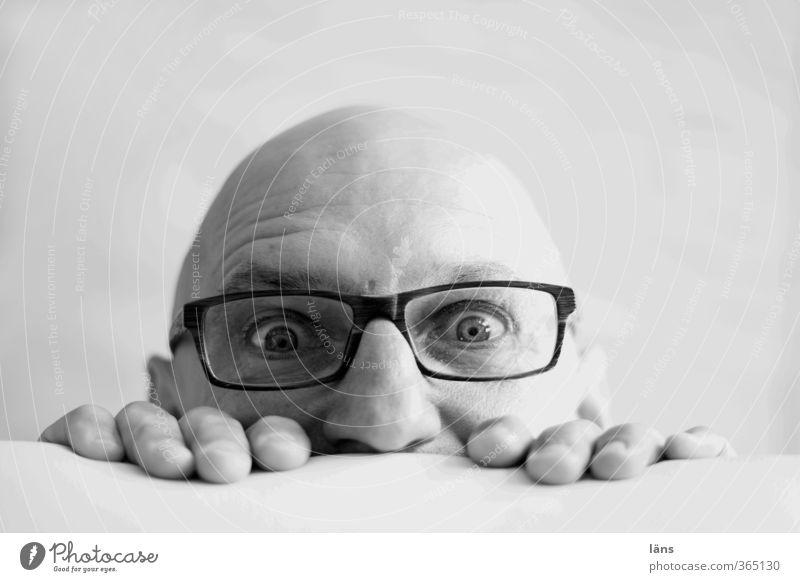 ... schon wieder Montag Mensch Mann Erwachsene Kopf Glatze beobachten entdecken Neugier niedlich seriös schwarz weiß Hemmung Angst Entsetzen Zukunftsangst