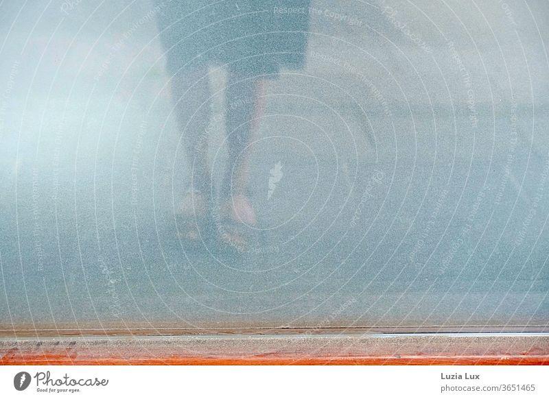 Rock und Beine einer Frau spiegeln sich in einem leeren, schmutzigen Schaufenster Sandalen Sommerzeit Sonnenlicht Schatten alt Mensch feminin Erwachsene