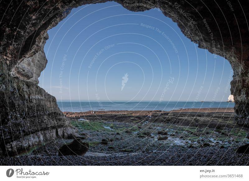 Ebbe in Étretat Frankreich Normandie Meer Horizont Strand Felsen Kreidefelsen Küste Klippen Felsbogen Ferien & Urlaub & Reisen wolkenloser Himmel blau