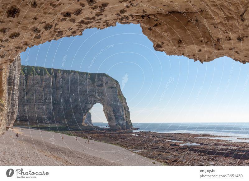 Felsenbögen am Strand von Étretat bei Ebbe mit Blick auf das Meer und den Horizont Frankreich Normandie Kreidefelsen Küste Klippen Aussicht Touristen Tourismus