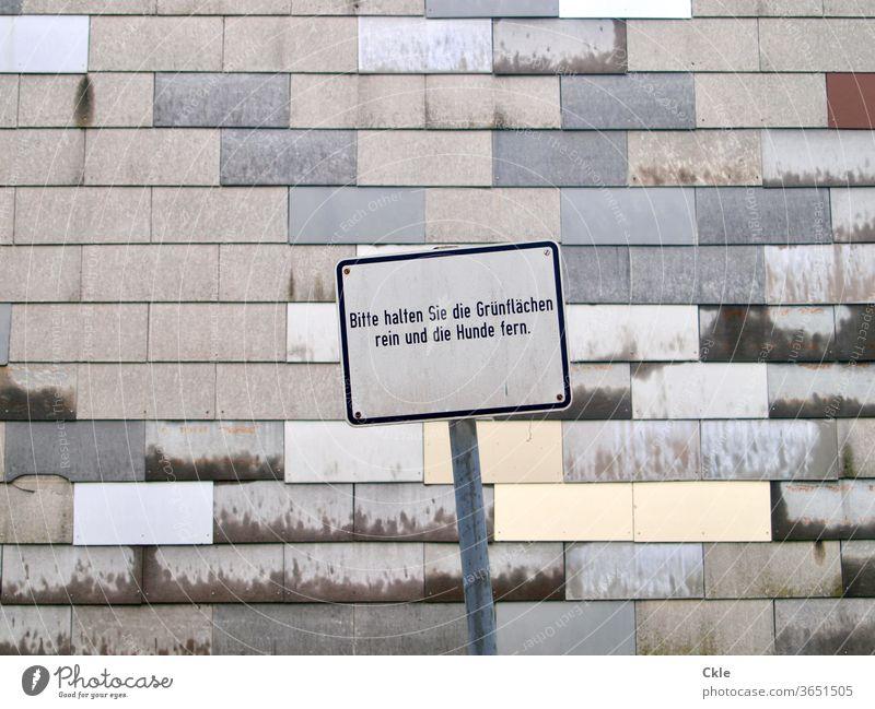 Wiener Schild Anweisung Gebote Befehl Anordnung Fassade Muster Grau Tristesse Grünfläche Hunde grau Architektur Gebäude Außenaufnahme trist Mauer Farbfoto