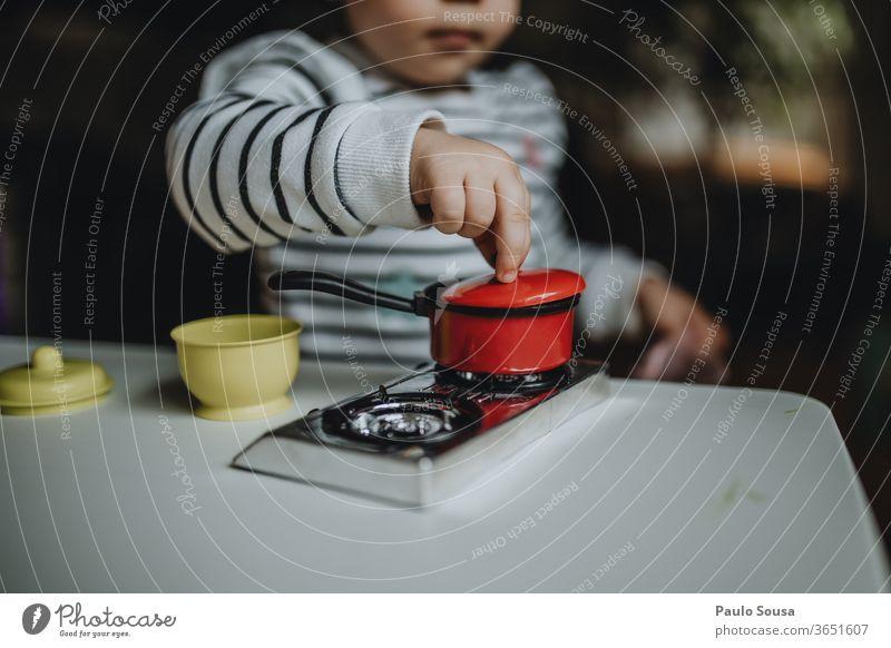Kinder kochen mit Spielzeug zu Hause Kinderspiel Kindheit Spielen Essen zubereiten Simulation Freude Farbfoto Mensch Kindererziehung Mädchen Tag Kindergarten