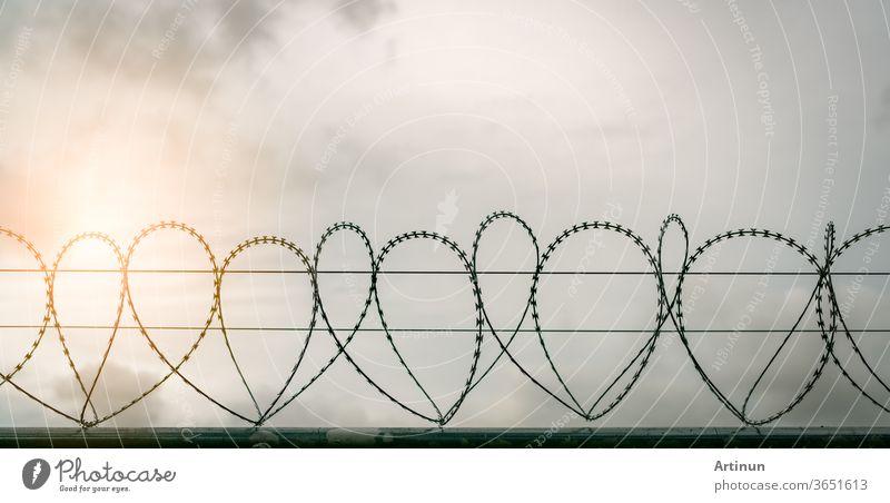 Sicherheitszaun des Gefängnisses. Stacheldraht-Sicherheitszaun. Stacheldraht-Gefängniszaun. Barrieregrenze. Grenzsicherheitsmauer. Gefängnis für die Festnahme von Kriminellen oder Terroristen. Privater Bereich. Militärisches Zonenkonzept.