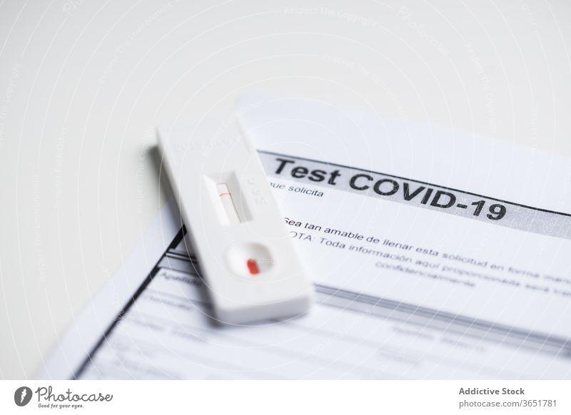 Schneller Bluttest auf dem Tisch im Krankenhaus reißend Prüfung Ergebnis Express Coronavirus Diagnostik Bund 19 Klinik Probe Seuche Papier Schriftstück Bericht