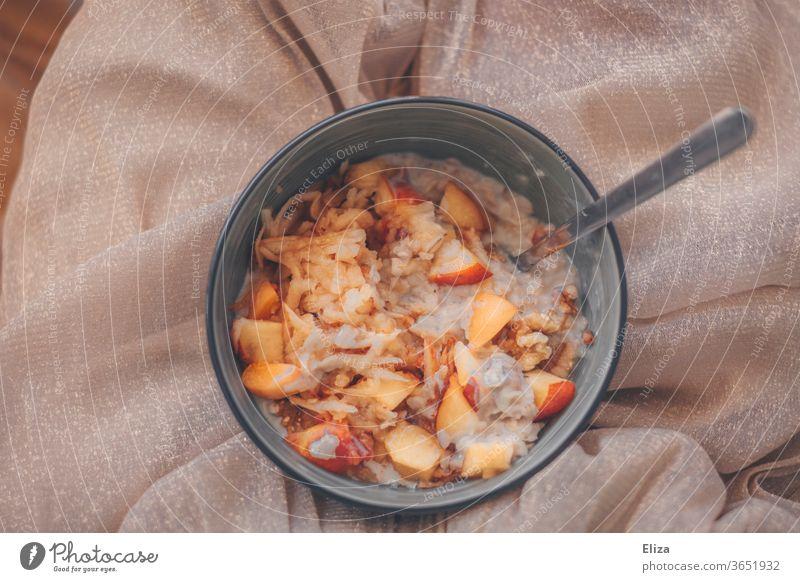 Eine Schüssel Porridge mit frischem Obst Frühstück gesund Früchte lecker Müsli Ernährung Gesunde Ernährung Essen Mahlzeit süß