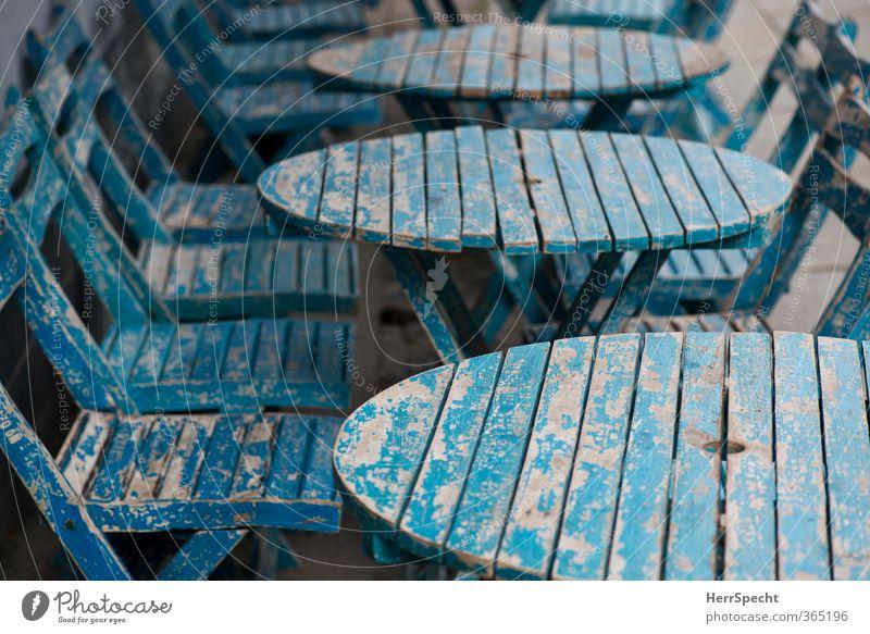 Vintage Blue blau alt Stadt Einsamkeit Farbstoff Berlin Tisch Stuhl Möbel trendy Café trashig Sitzgelegenheit abblättern altehrwürdig Holztisch