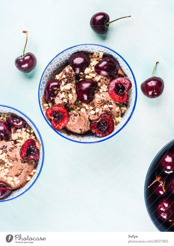 Schokoladeneisbecher mit Kirschen Eisbecher Sahne Speiseeis Baggerlöffel Beeren türkis Frucht Streusel hell Schalen & Schüsseln Belag süß Lebensmittel