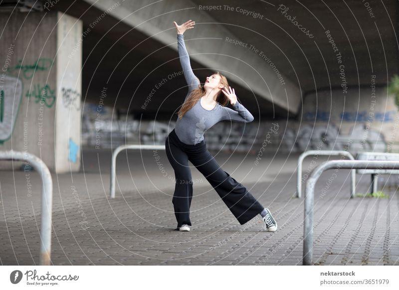 Moderne Tänzerin in Pose auf dem Bürgersteig Frau Ausdruckstänzer eine Person Mädchen Junge Frau kaukasische Ethnizität Jugendkultur in voller Länge