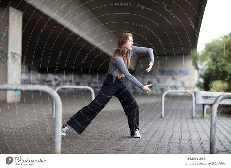 Straßentänzer in Bewegung auf dem Bürgersteig Frau Tänzer Ausdruckstänzer Street Dance eine Person Mädchen Junge Frau kaukasische Ethnizität Jugendkultur