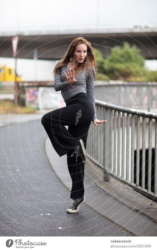 Straßentänzer im Einbeinstand Frau Tänzer Ausdruckstänzer Porträt Street Dance Bürgersteig eine Person Mädchen Junge Frau kaukasische Ethnizität Jugendkultur