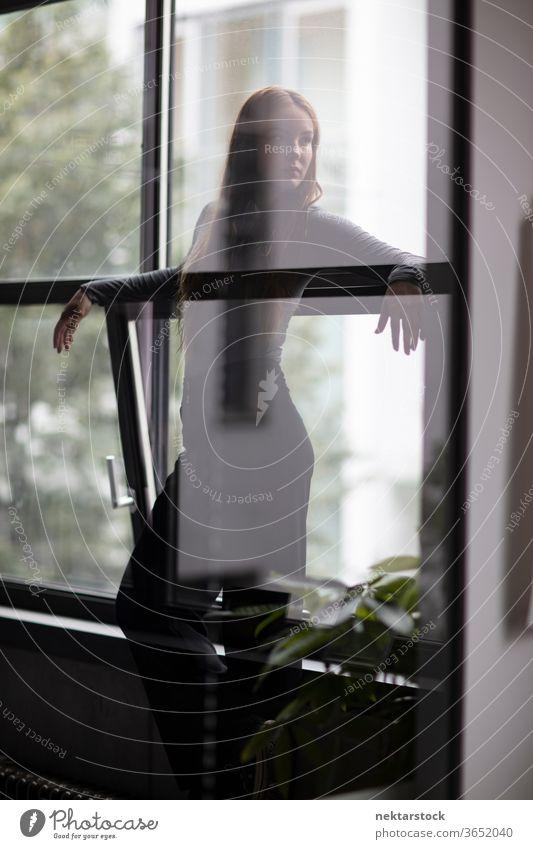 Attraktive Frau hinter Glastrennwand eine Person Mädchen Junge Frau Silhouette Dreiviertellänge Fenster Kontemplation Gedanke Wegsehen Kopf gedreht