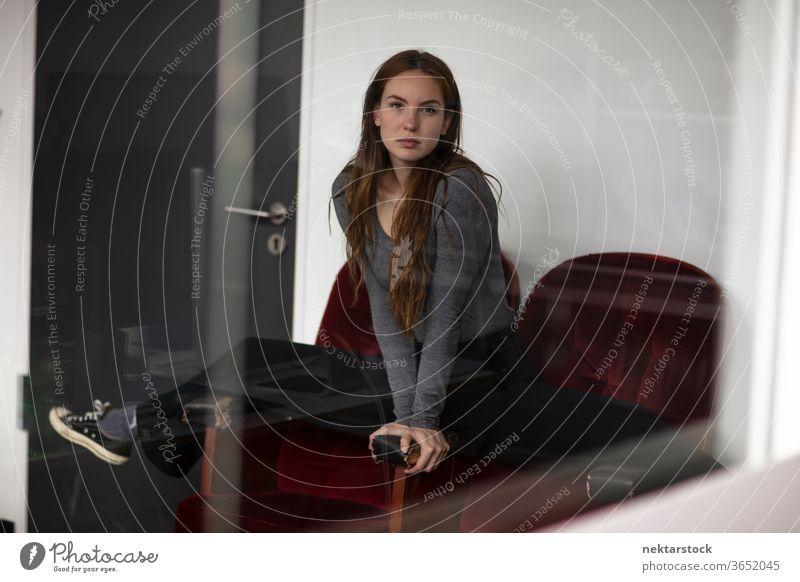 Junge Frau in Splits-Position über Red Velvet-Sessel Spagat Armsessel eine Person Mädchen Samt Model im Innenbereich Glas Reflexion & Spiegelung