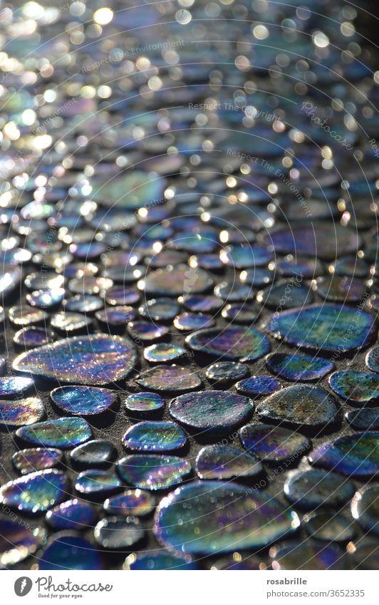 bunte schillernde künstliche Steinchen | Farbkombination Steine reflektieren Regenbogenfarben Spektrum Diffraktion Beugung Licht Effekt vielfarbig mehrfarbig