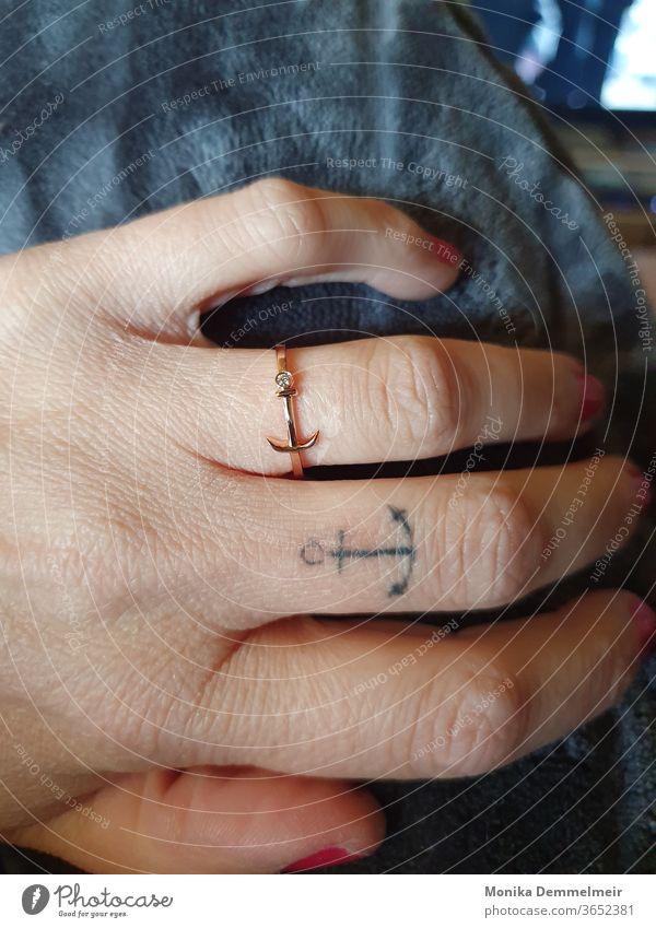 Ankerliebe die unter die Haut geht Schifffahrt Meer Tattoo Tattooliebe Unter die Haut Ring Hand Frau feminin Finger Mensch tätowiert Tätowierung Farbfoto schön