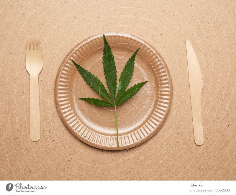 leere runde braune Einwegplatte aus recycelten Materialien Messer Gabel Blatt grün Papier Picknick Teller wiederverwerten Restaurant Atelier Geschirr Vorlage