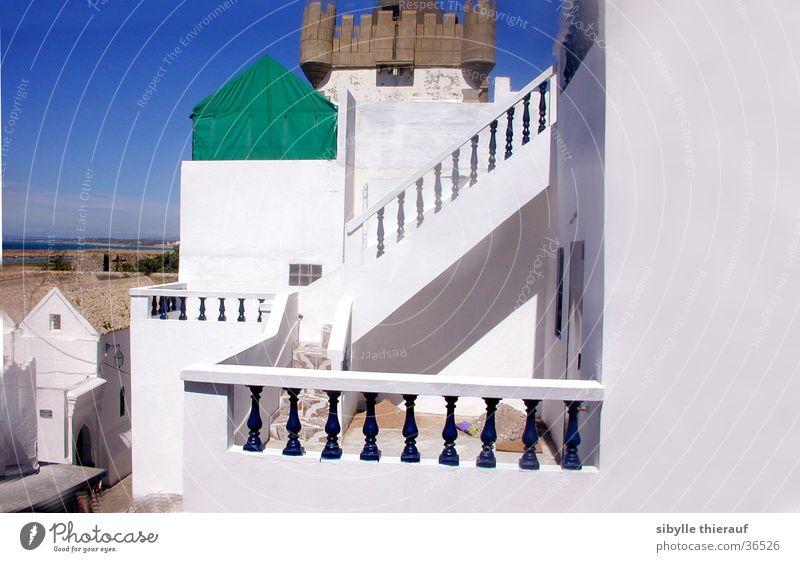 in Assilah Gebäude weiß Wand Licht Architektur Aussicht Geländer Treppe Turm Marocco