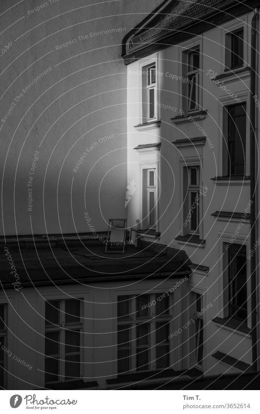 Ferien in Berlin Prenzlauer Berg Dach Liegestuhl Sonnenlicht Schatten Stadt Stadtzentrum Hauptstadt Altstadt Außenaufnahme Menschenleer Tag Haus Fenster Altbau