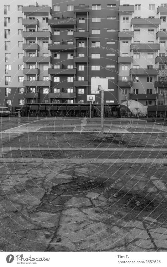 Berlin 2020 modern Plattenbau Architektur Baketball Fassade Hochhaus Neubau Gebäude Spielplatz Fenster saniert Beton Stadt trist Menschenleer Hauptstadt