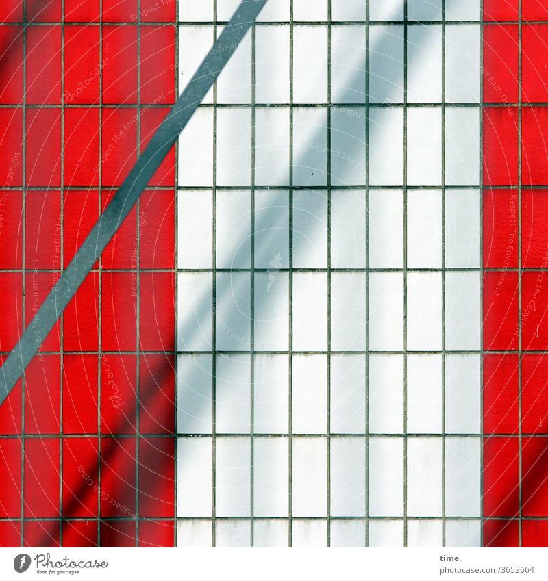 Aufzugschacht urban fassade perpektive grau quer parallel waagerecht inspiration oberfläche sonnig schattig metall rot linien stadt fliesen kacheln diagonal