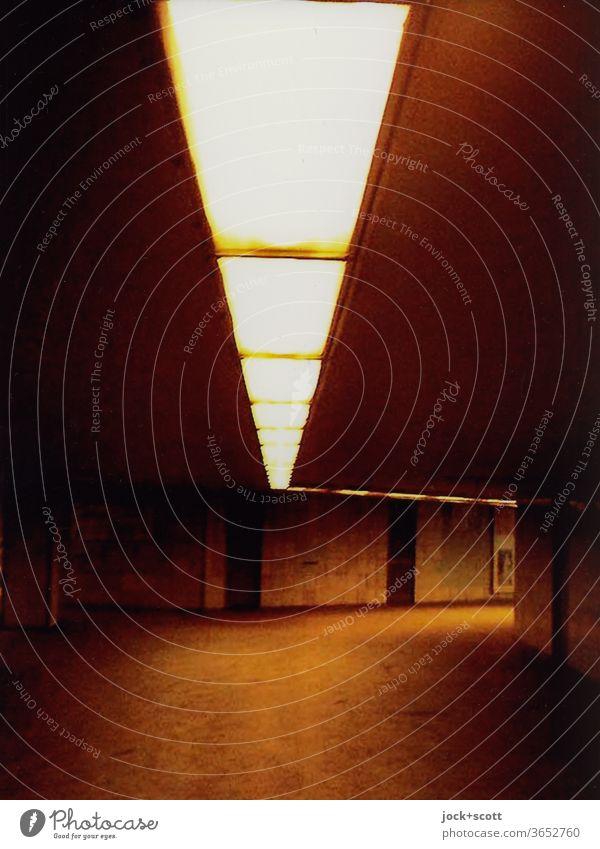 vage unter dem Moritzplatz Gang Untergrund Beleuchtung unterirdisch dunkel Tunnel Architektur Wege & Pfade Low Key Schwache Tiefenschärfe Deckenbeleuchtung