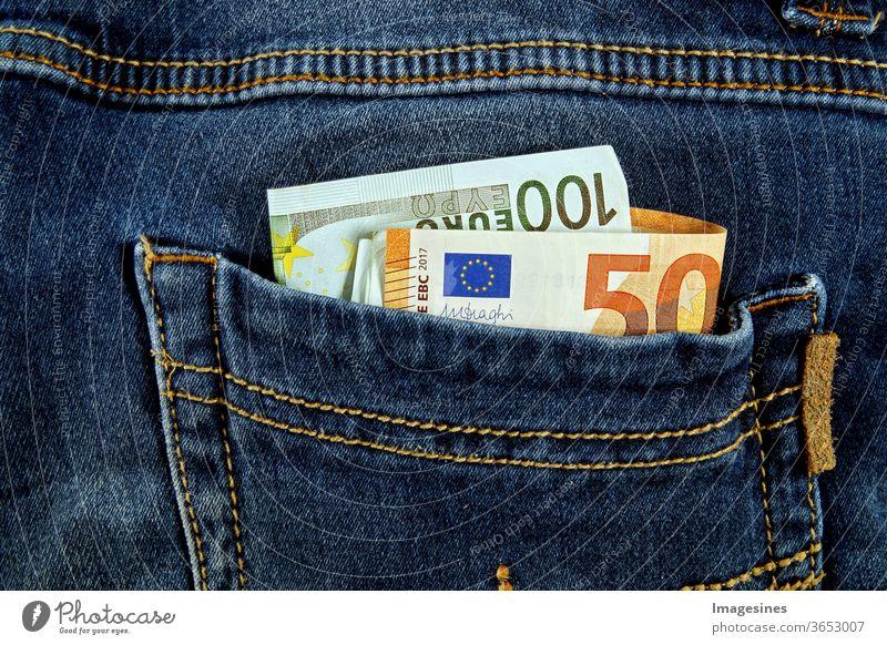Euro Banknoten in den Taschen der Jeanshose. Einfach das Geld stehlen. Taschendiebe Bargeld Euros Hose Konzept Reichtum Sparen Euro-Scheine Euroschein Diebstahl