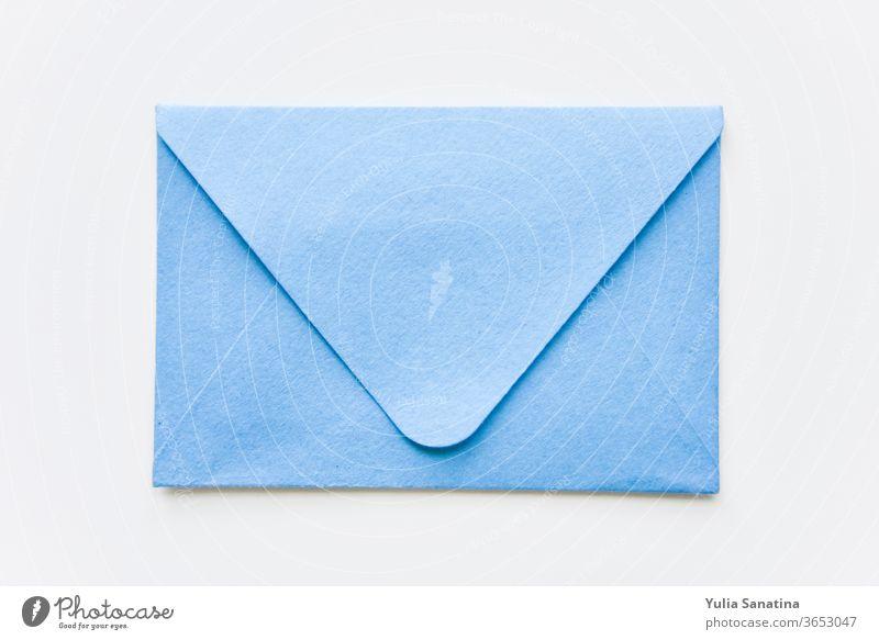 klassisch blauer Umschlag mit runden Ecken auf weißem Hintergrund Kuvert zugeklappt senden Brief flach Post E-Mail Nachricht Plakette kreativ Zeichen Jeton Netz