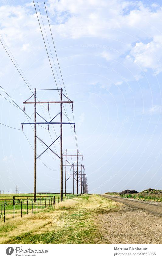 Hölzerne Elektromasten mit blauem Himmel im Hintergrund ländlich Spannung Technik & Technologie Elektrizität elektrisch Kraft Industrie Linie Licht Draht Kabel