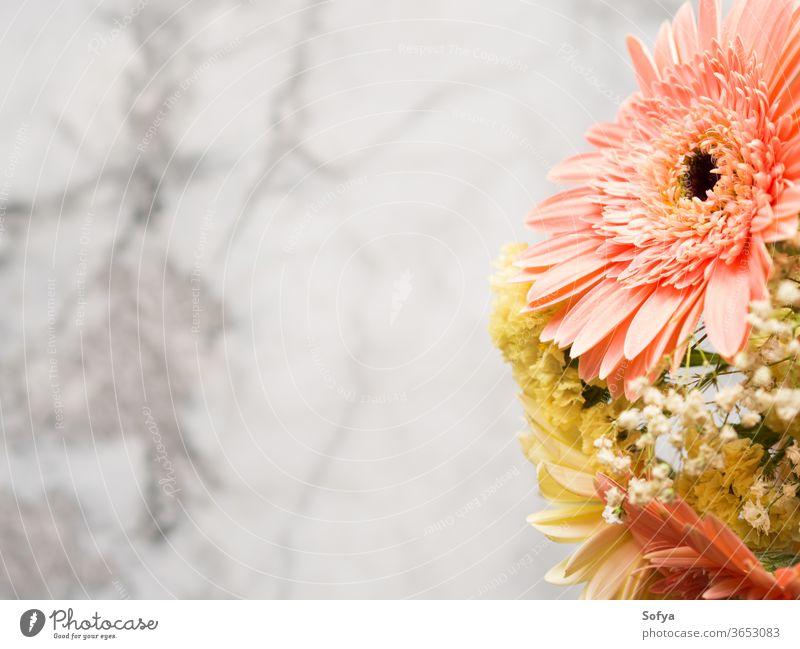 Blumenbouquet aus gelben und rosa Gerbera-Gänseblümchen Blumenstrauß Hintergrund Beerdigung Murmel Grußkarte Layout Muttertag Ordnung Sommer schön gerber