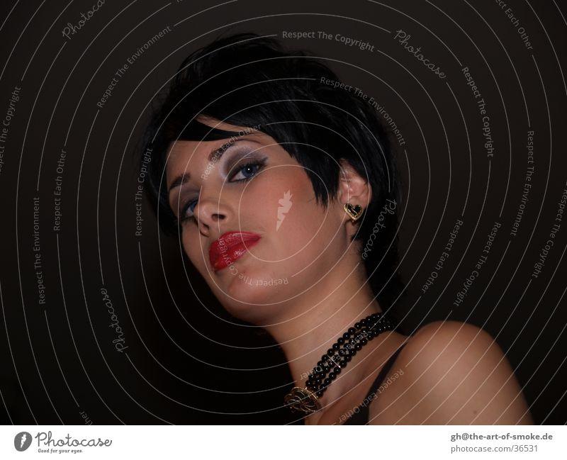 Dominanz? streng attraktiv Schaufensterpuppe Hochmut Frau Oralfocussierung Kontrast