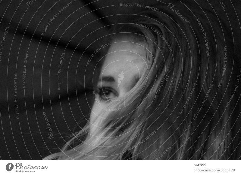 der jungen Frau weht der Wind die Haare ins Gesicht Frauenaugen Haarsträhne Frauengesicht nachdenklich besinnlich Halbprofil Stimmung Haare & Frisuren Wegsehen