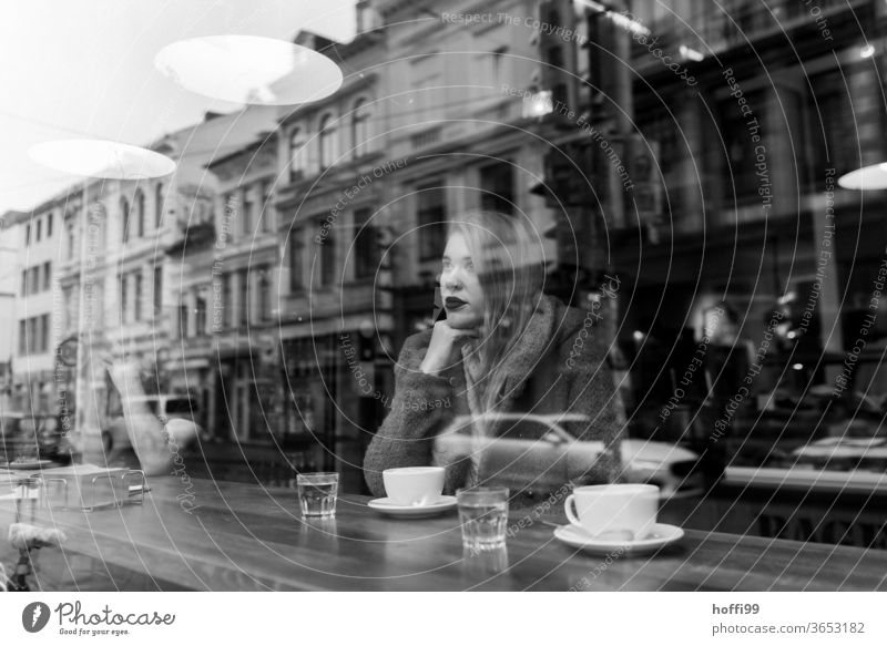 die junge Frau wartet im Kaffee und blickt verträumt nachdenklich aus dem Fenster Frauengesicht Junge Frau 1 Porträt Jugendliche Frauenaugen straßenkaffee