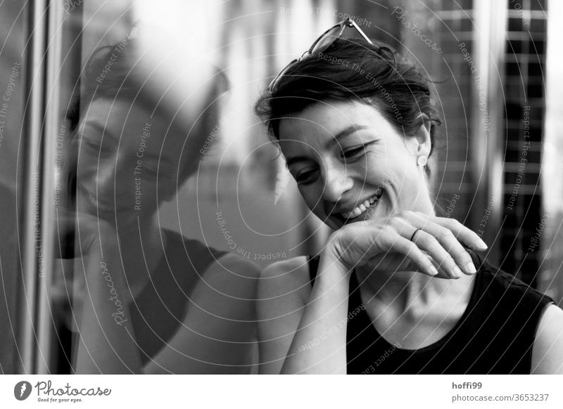 die junge Frau wendet den Blick lächelnd und voller Vergnügungen ab Junge Frau Porträt Frauenaugen Frauengesicht Jugendliche Mensch Erwachsene 18-30 Jahre
