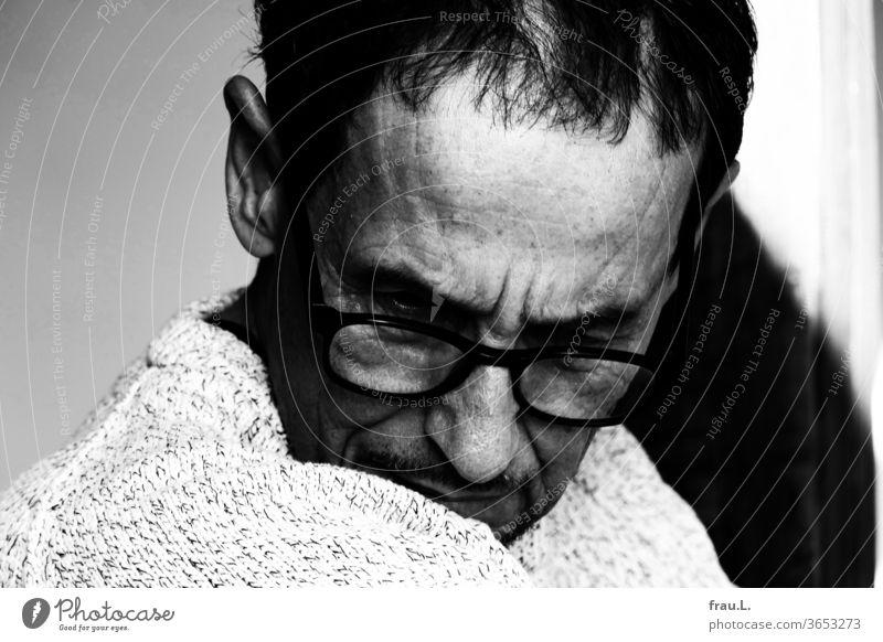 Frustriert wandte er sich ab, von Kamera, Sucher wie Display und dem  nicht so toll gewordenem Foto. Mann fotografieren Fotograf Brille Pullover Ärger