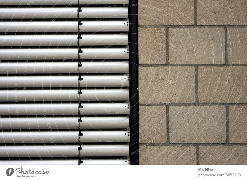 zweigeteiltes Bild Mauer Jalousie Wand Fassade Haus geschlossen Gebäude Rollladen Architektur parallel grau Strukturen & Formen zweiteilig Trennung Zweigeteilt