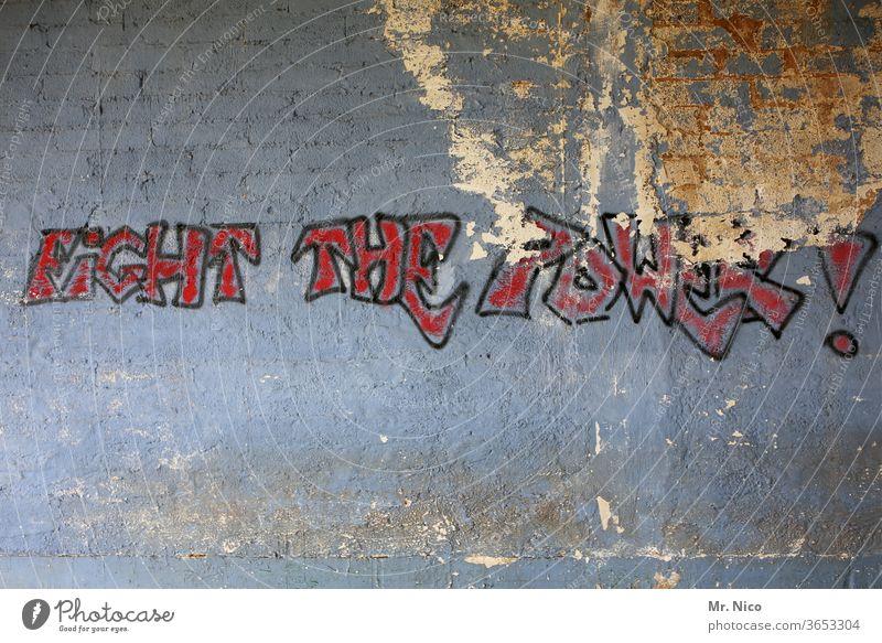Kämpfe gegen die Macht ! Graffiti Wand Schriftzeichen Fassade Gebäude grau Schriftzug Schriftzeichen und Buchstaben dreckig powerful kämpfen Politik & Staat