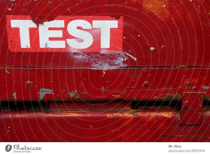 Trash| I Test test rot Text Schrift Symbol Oberfläche Sprache Fassade Deutsch Schriftzeichen Wort Buchstaben Schilder & Markierungen Typographie Hinweisschild